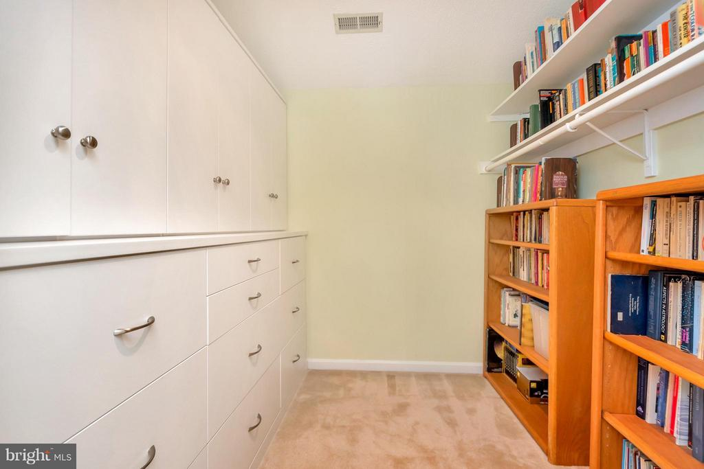 Walk in Closet with built-ins - 1351 LAKEVIEW PKWY, LOCUST GROVE