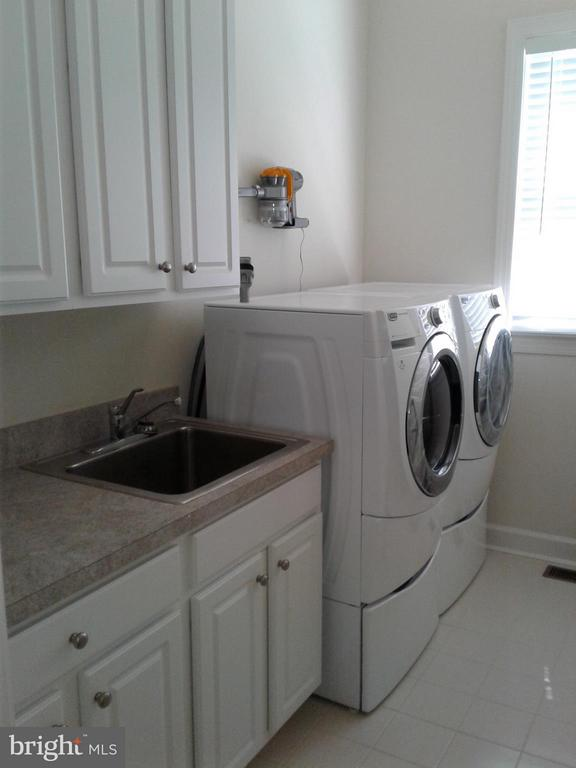 View Sink/Cabinets Font Loading Washer and Dryer - 18275 GLEN OAK WAY, LEESBURG