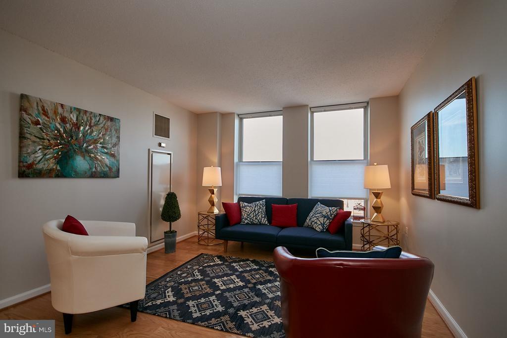 Living room w/brand new hardwood floors - 900 N TAYLOR ST #2009, ARLINGTON