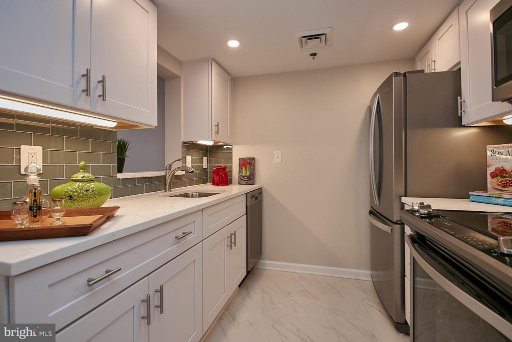 Totally remodeled kitchen w/SS appliances - 900 N TAYLOR ST #2009, ARLINGTON