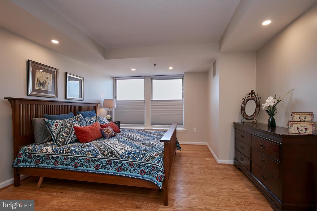 Master bedroom w/brand new hardwood floors - 900 N TAYLOR ST #2009, ARLINGTON