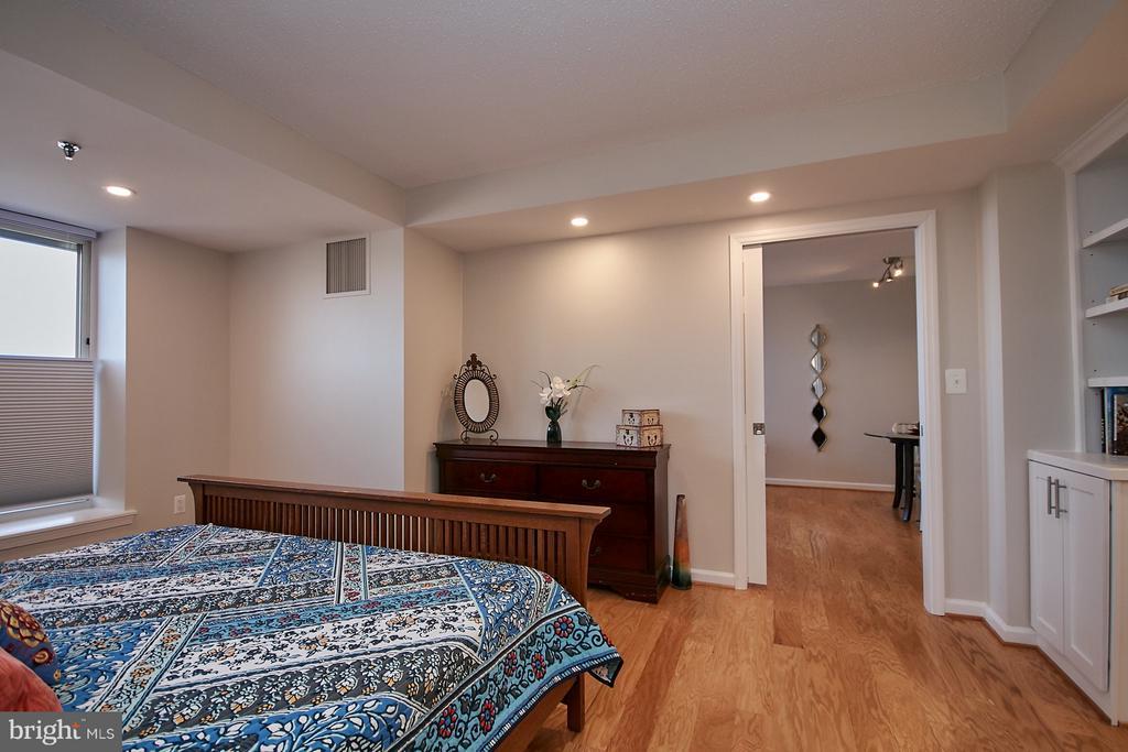 Light and bright master bedroom - 900 N TAYLOR ST #2009, ARLINGTON
