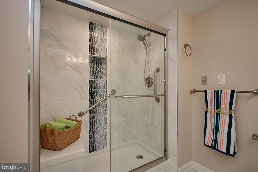 Remodeled bathroom w/easy access shower - 900 N TAYLOR ST #2009, ARLINGTON