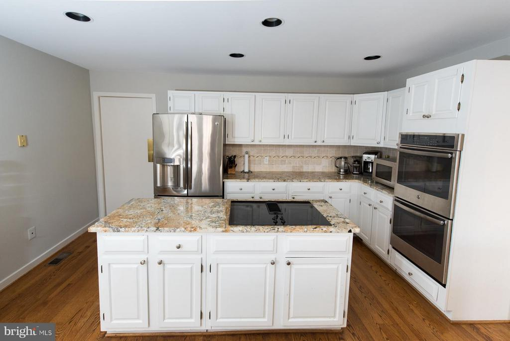 Plenty of prep and cook space in this kitchen - 9109 WHITE CHIMNEY LN, GREAT FALLS
