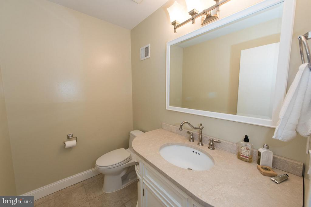 Half bath is set back off the main floor hallway - 9109 WHITE CHIMNEY LN, GREAT FALLS