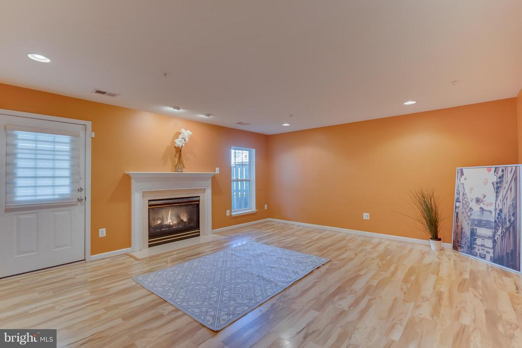 Gas fireplace and durable flooring - 3530 CONNOR PL, FREDERICK