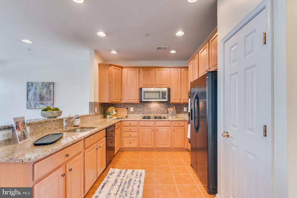 Stunning kitchen with plenty of granite prep space - 3530 CONNOR PL, FREDERICK