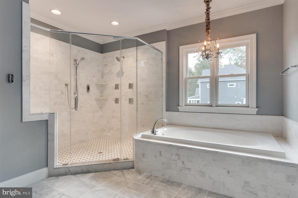 Standard, Owner's suite luxurious bath - 11701 VALLEY RD, FAIRFAX