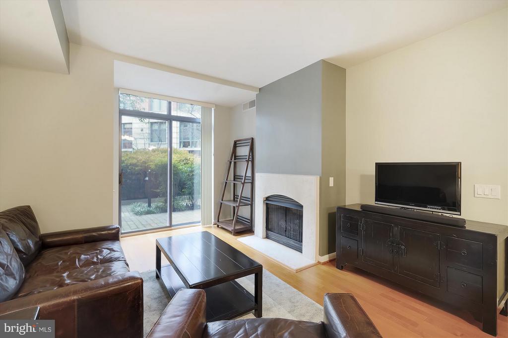 Living Room - 1021 N GARFIELD ST #B28, ARLINGTON