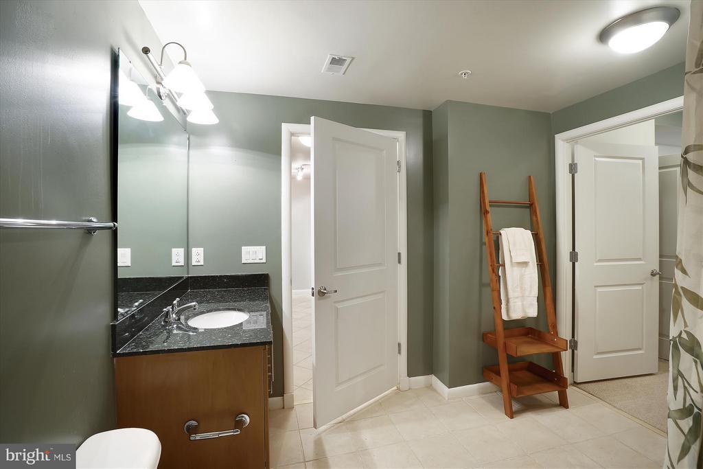 Bathroom - 1021 N GARFIELD ST #B28, ARLINGTON