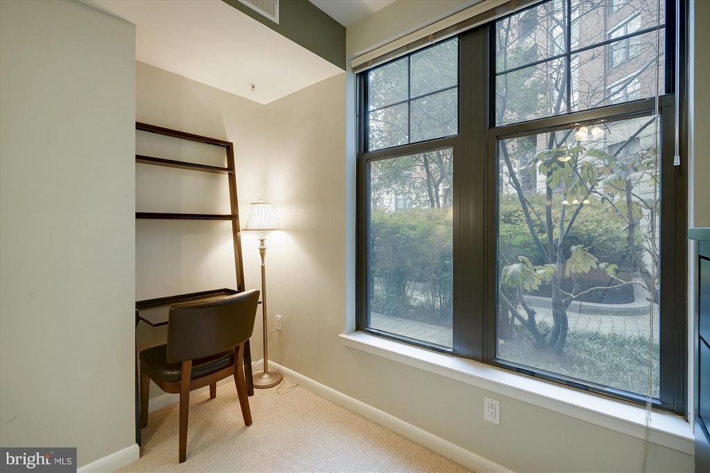 Bedroom Sitting Area - 1021 N GARFIELD ST #B28, ARLINGTON
