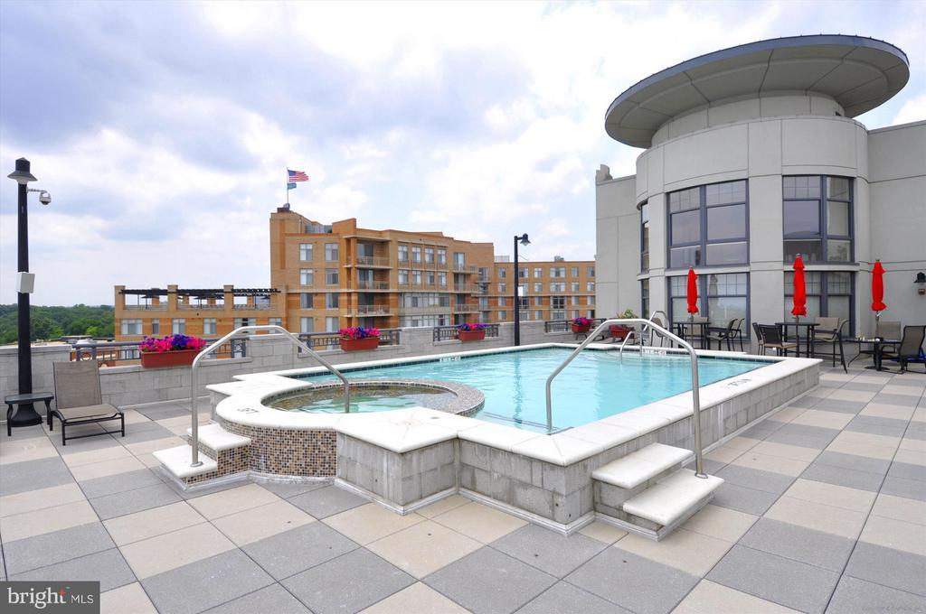 Rooftop pool and spa - 1021 N GARFIELD ST #B28, ARLINGTON