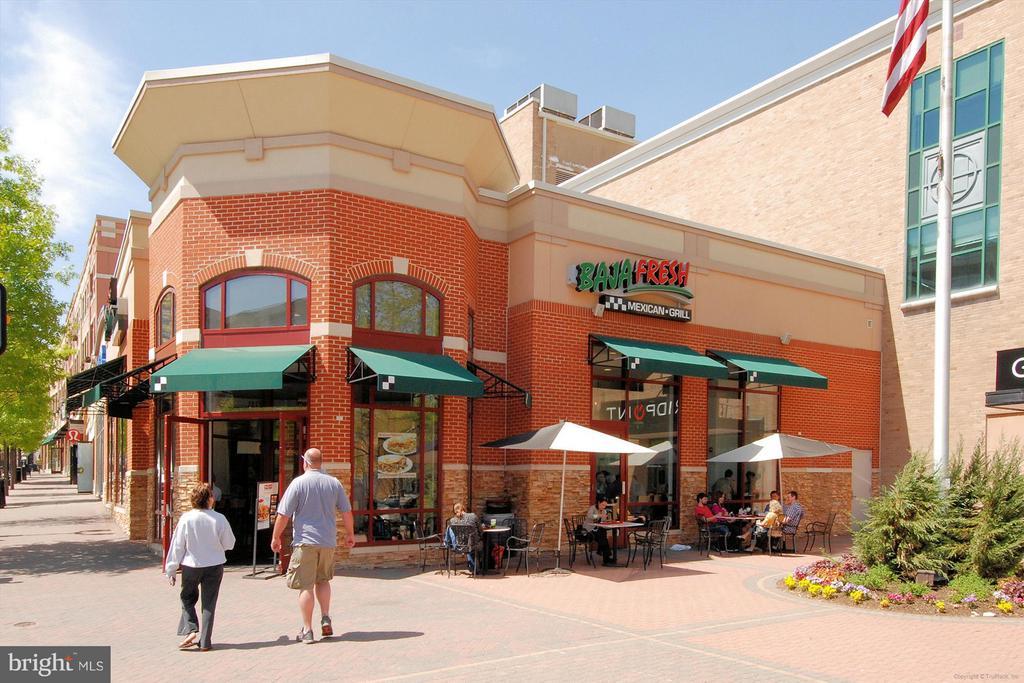 close to restaurants galore - 1021 N GARFIELD ST #B28, ARLINGTON