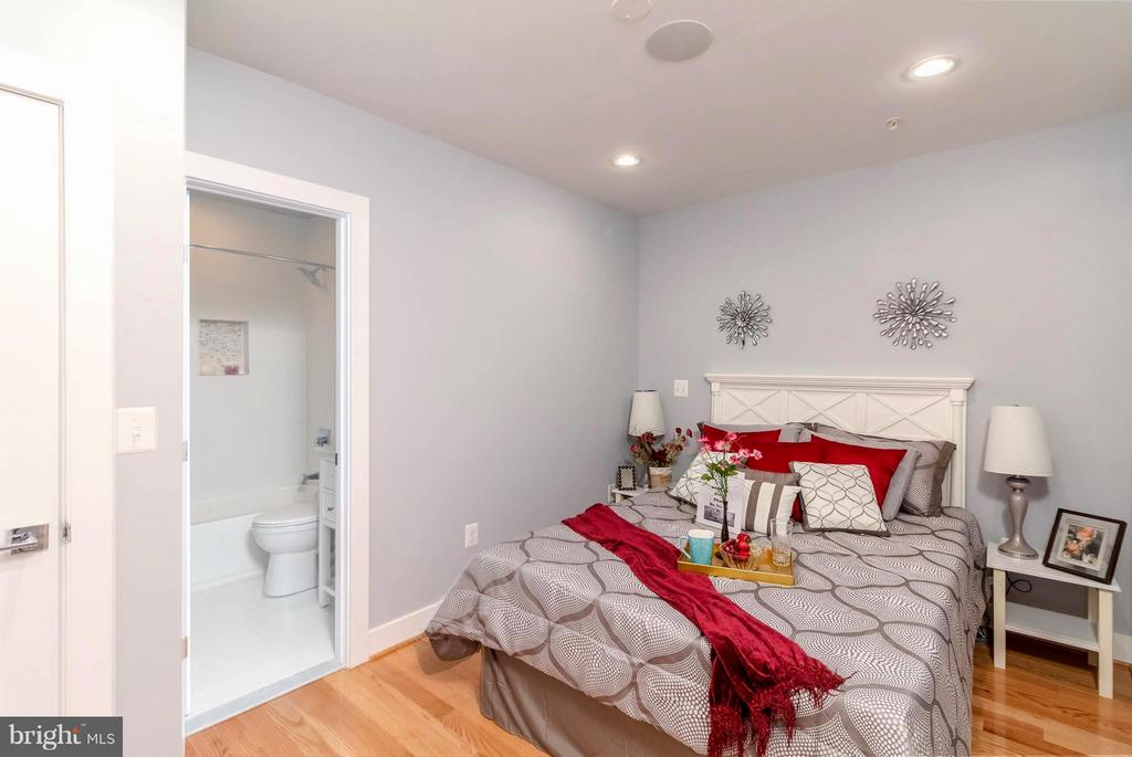 Comfy MasterBedroom  2 - 225 BRYANT ST NE, WASHINGTON