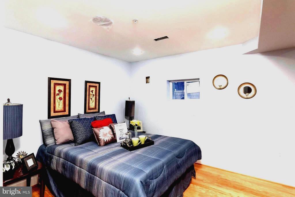 Cozy Basement Bedroom - 225 BRYANT ST NE, WASHINGTON