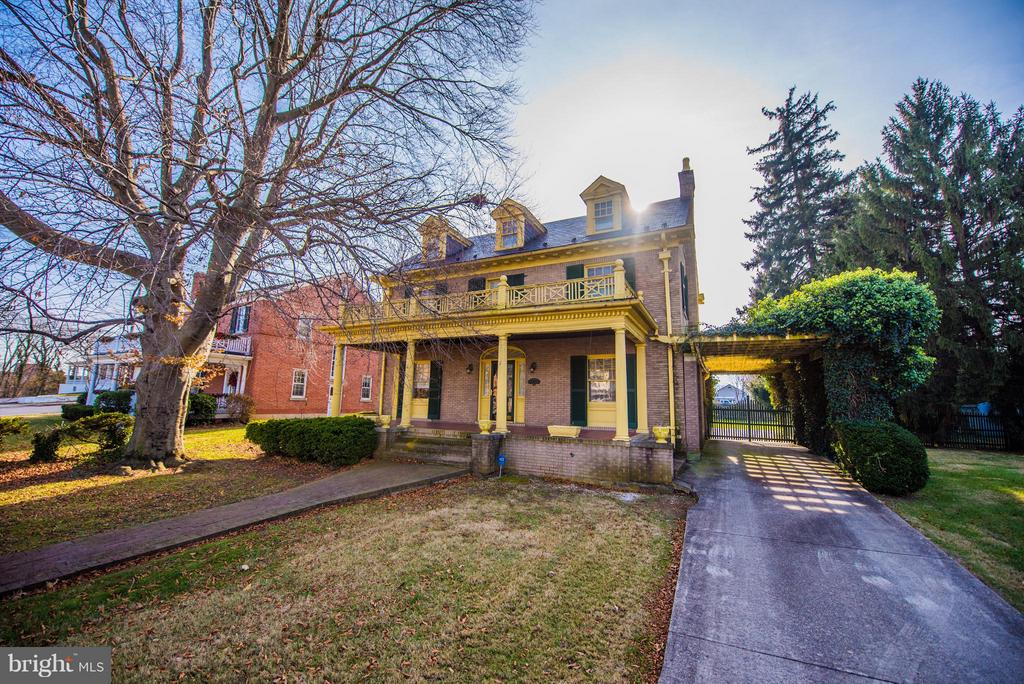 Beautiful Colonial sits off main street - 909 W KING ST, MARTINSBURG