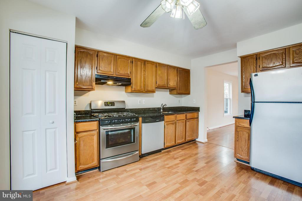 Kitchen with granite counters - 10600 GRETA LYNN CT, FREDERICKSBURG