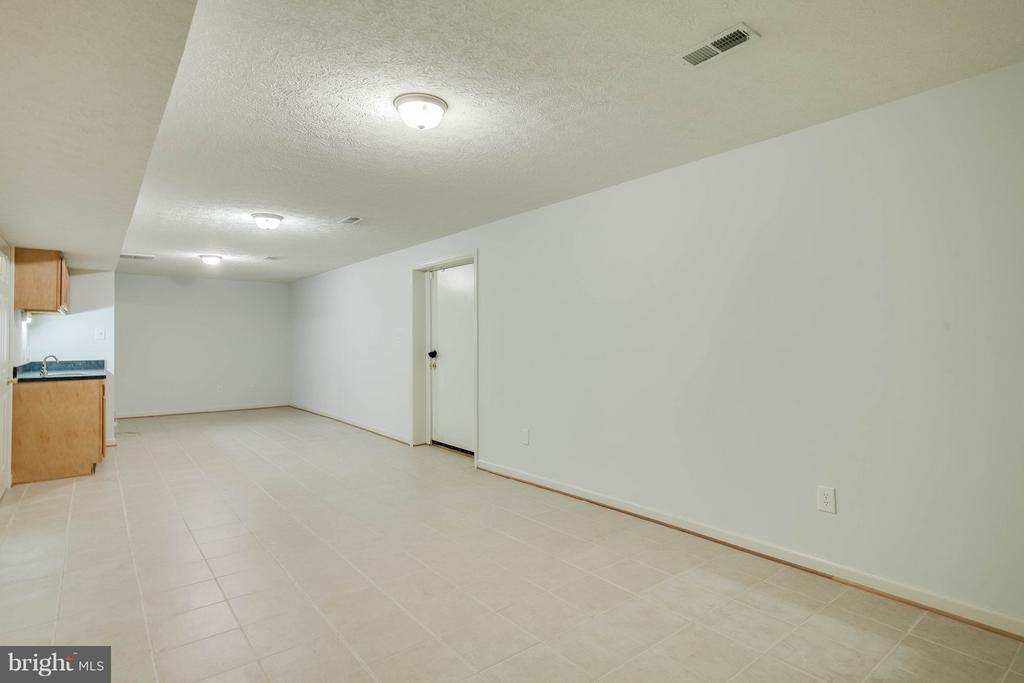 Spacious basement with wet bar for entertaining! - 100 TATHER DR, MARTINSBURG