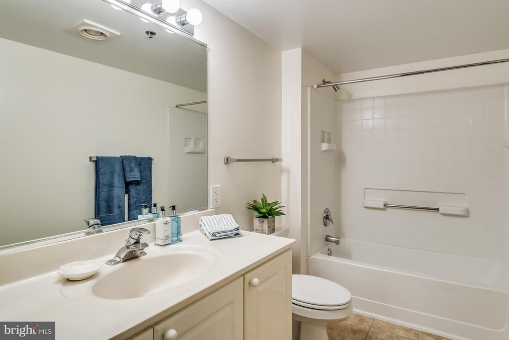 Guest Full Bath - 19385 CYPRESS RIDGE TER #801, LEESBURG