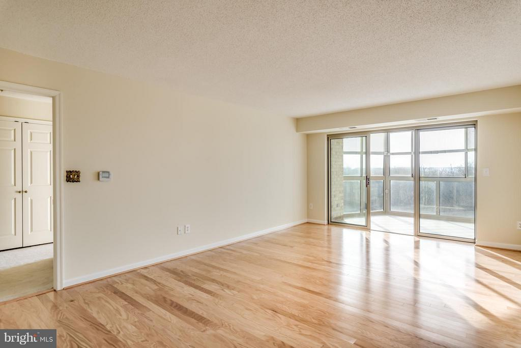 Living Room with beautiful new hardwood floors - 19385 CYPRESS RIDGE TER #801, LEESBURG