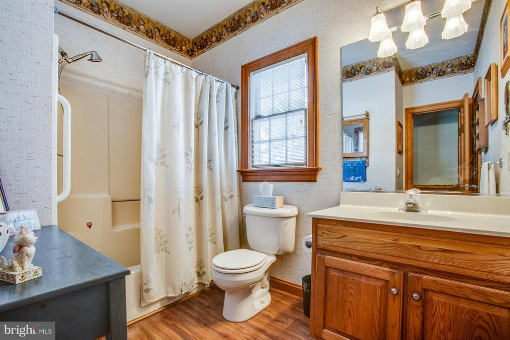 Main full bath perfect with in law suite idea - 7411 SNOW HILL DR, SPOTSYLVANIA