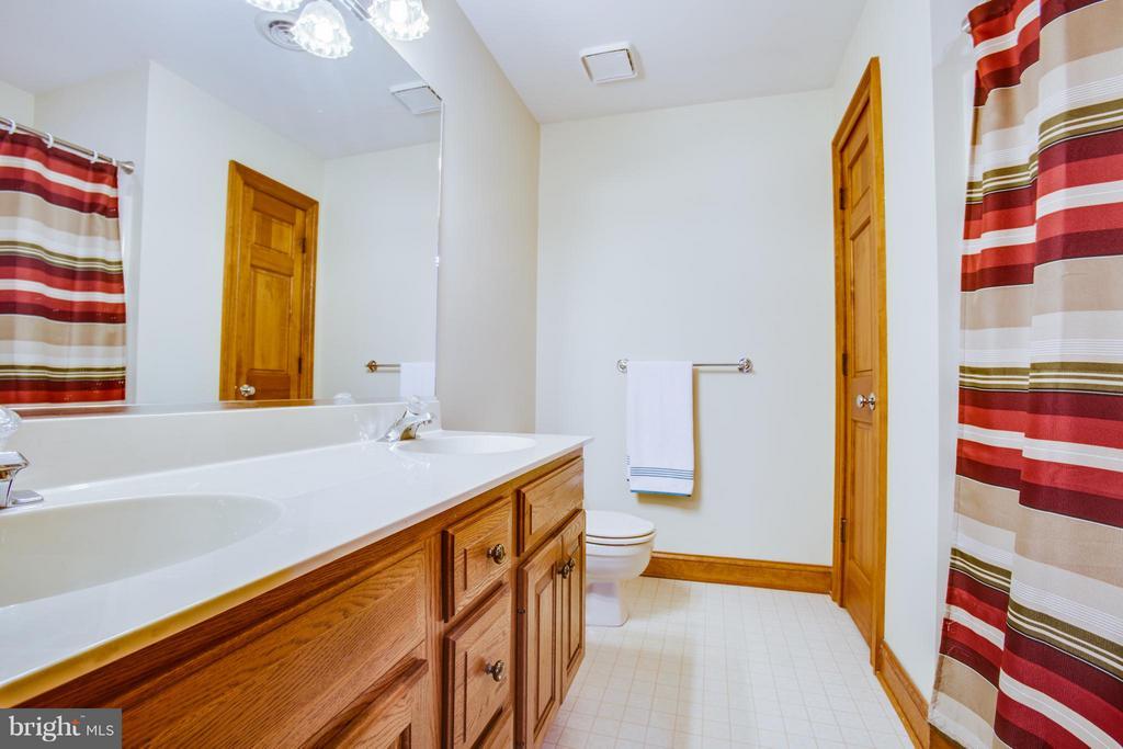 Second main bathroom - 7411 SNOW HILL DR, SPOTSYLVANIA