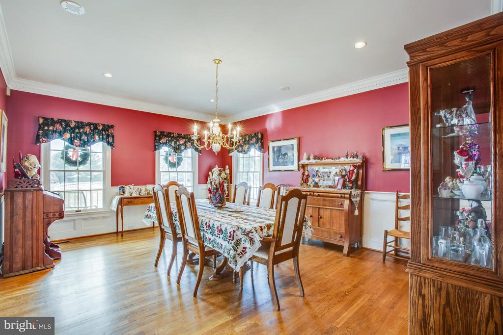 Dining Room can seat a BIG family , crown molding - 7411 SNOW HILL DR, SPOTSYLVANIA