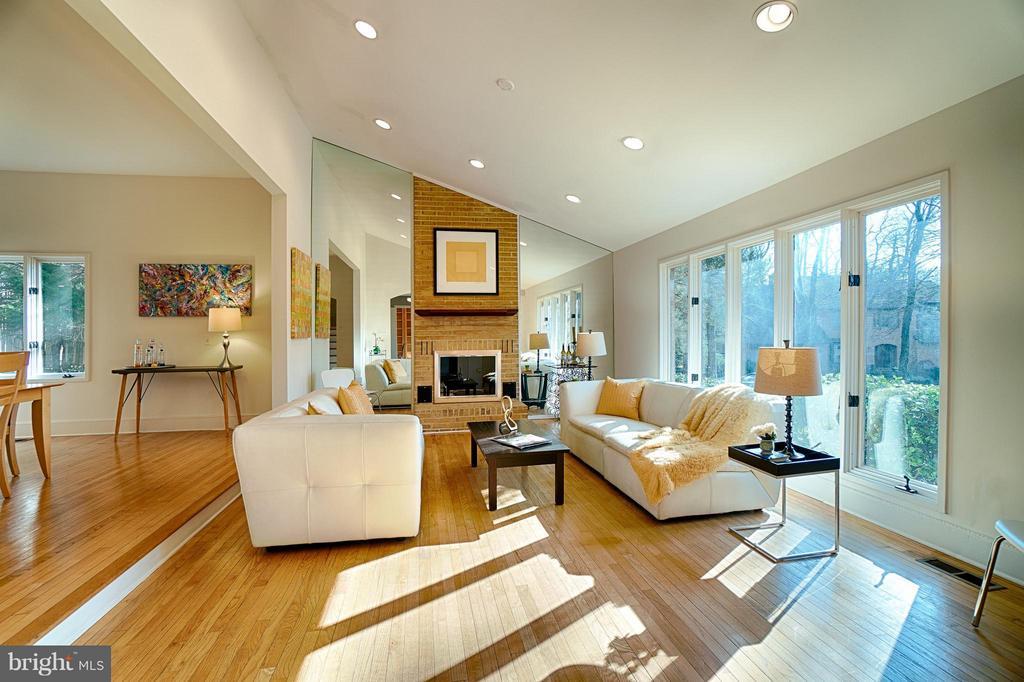 Living Room - 2 SPRINGER CT, BETHESDA