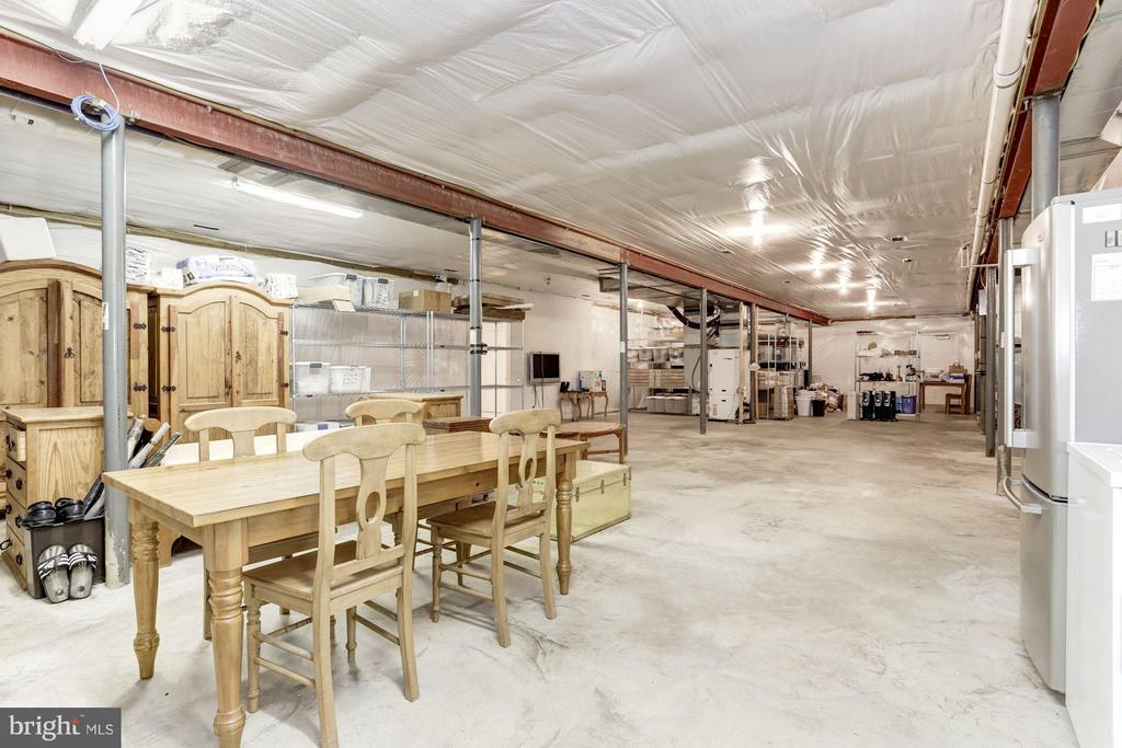 9' Ceilings, 2982~sqft,  Basement located in Barn - 42692 LUCKETTS RD, LEESBURG