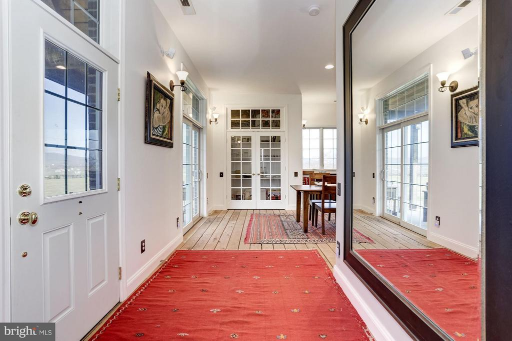 1056 sqft~Brick Guest House - Foyer - 42692 LUCKETTS RD, LEESBURG
