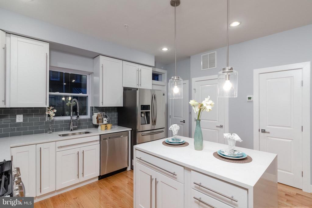 Kitchen w/Granite Countertops - 225 BRYANT ST NE, WASHINGTON