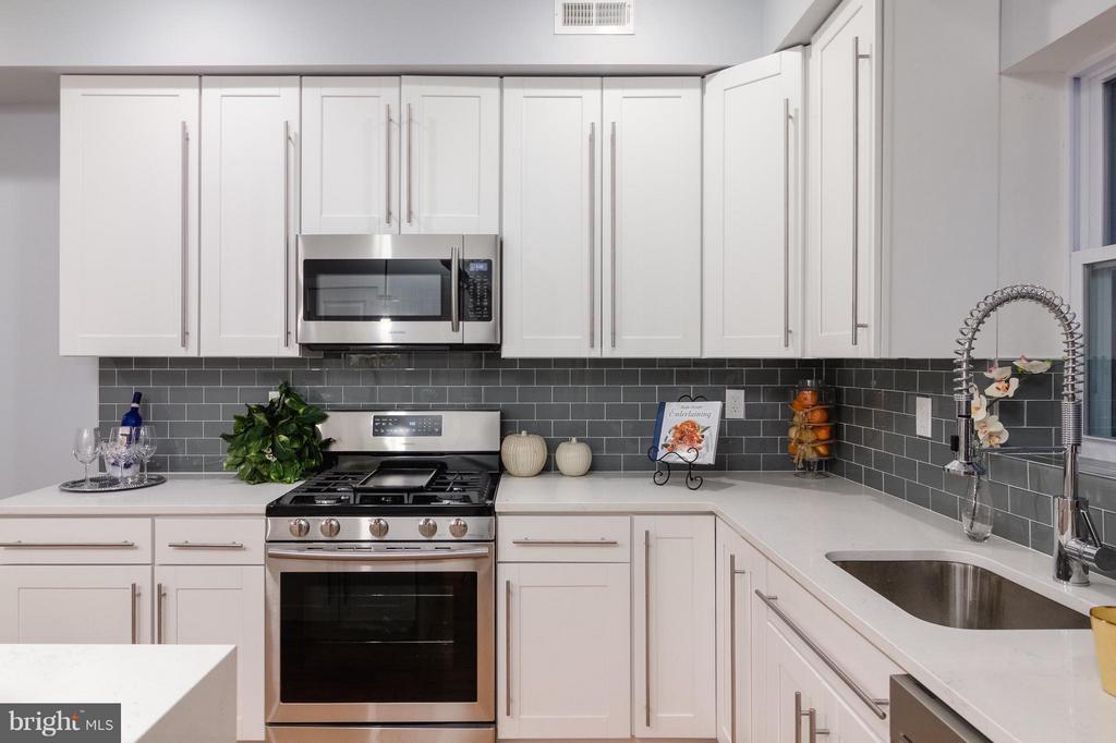 Kitchen w/SS Appliances - 225 BRYANT ST NE, WASHINGTON