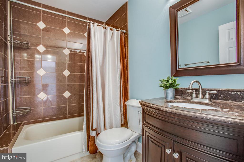 Remodeled hall bath. - 79 CROWN MANOR DR, STAFFORD