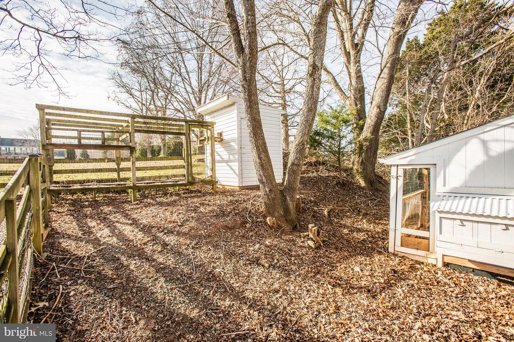 Fenced in Chicken coup and chicken range area. - 79 CROWN MANOR DR, STAFFORD