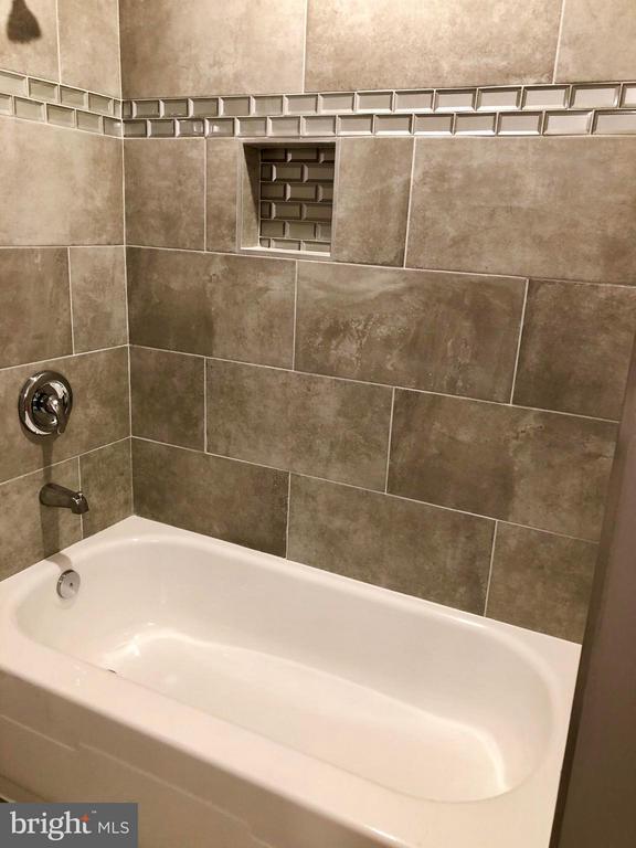 Hall Bathroom - 10028 LLEWELLYN CT, FAIRFAX
