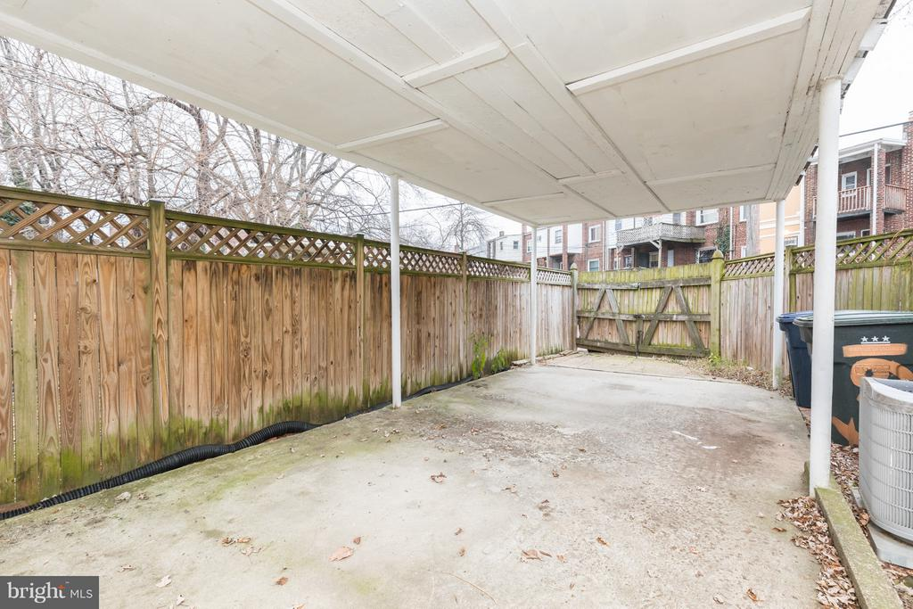 Covered and fenced in backyard w private parking - 1607 FAIRLAWN AVE SE, WASHINGTON