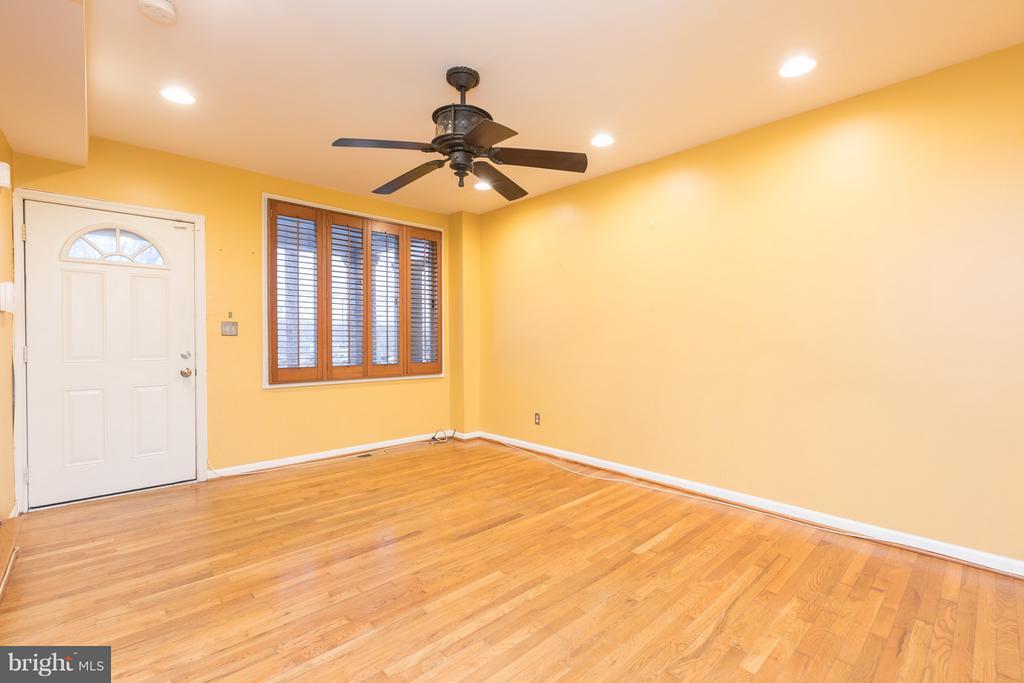 Spacious and bright living room - 1607 FAIRLAWN AVE SE, WASHINGTON
