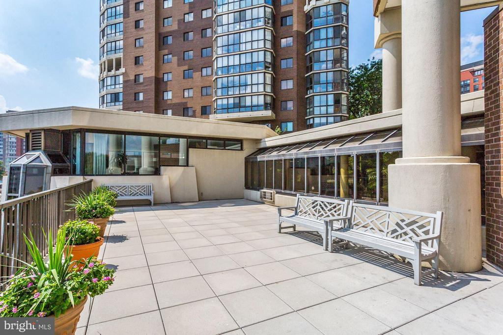 The Belvedere's Lobby Patio - 1600 N OAK ST #614, ARLINGTON