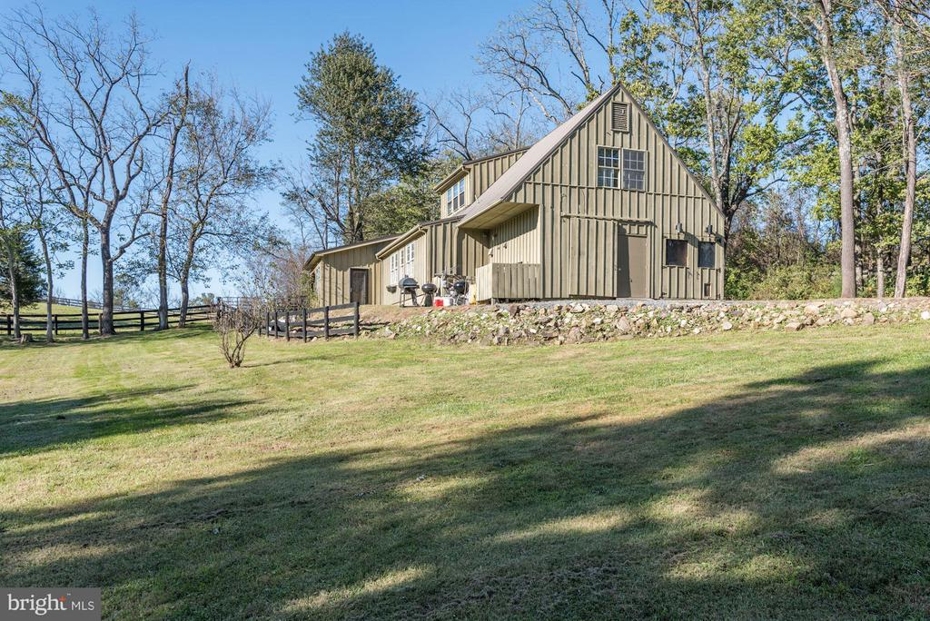 Main barn with two apartments - 18822 WOODBURN RD, LEESBURG