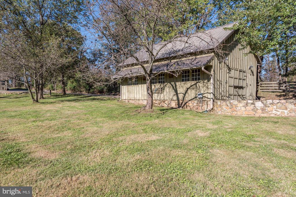 Crib barn with office - 18822 WOODBURN RD, LEESBURG