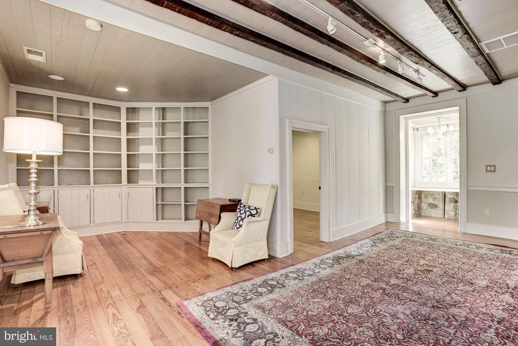 Living Room with built in bookshelves - 18822 WOODBURN RD, LEESBURG