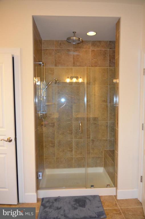 MASTER SHOWER WITH BENCH AND RAIN SHOWER HEAD - 15106 ADDISON LN, WOODBRIDGE