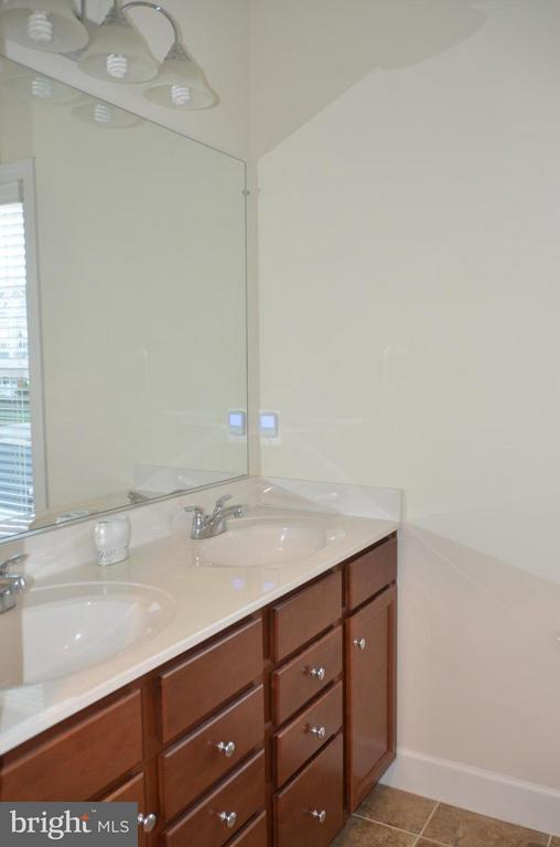 JACK AND JILL FULL BATHROOM FOR BR# AND BR #4 - 15106 ADDISON LN, WOODBRIDGE
