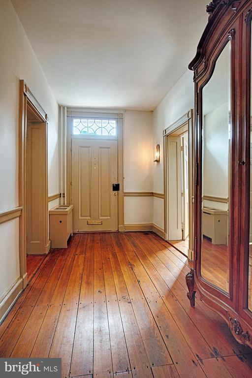 Entrance foyer - 7 WIRT ST NW, LEESBURG