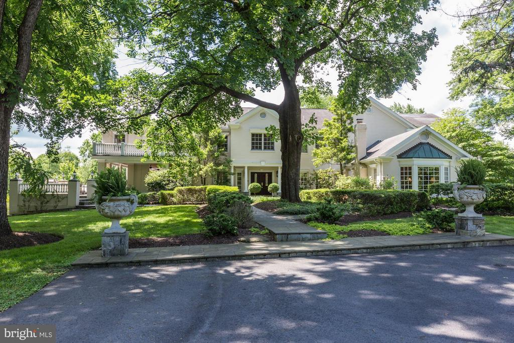 Beautiful landscaped grounds - 1001 MURPHY DR, GREAT FALLS