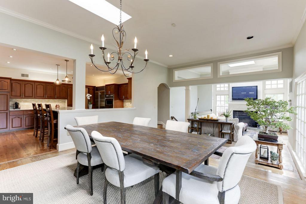 Breakfast room opens to family room - 1001 MURPHY DR, GREAT FALLS
