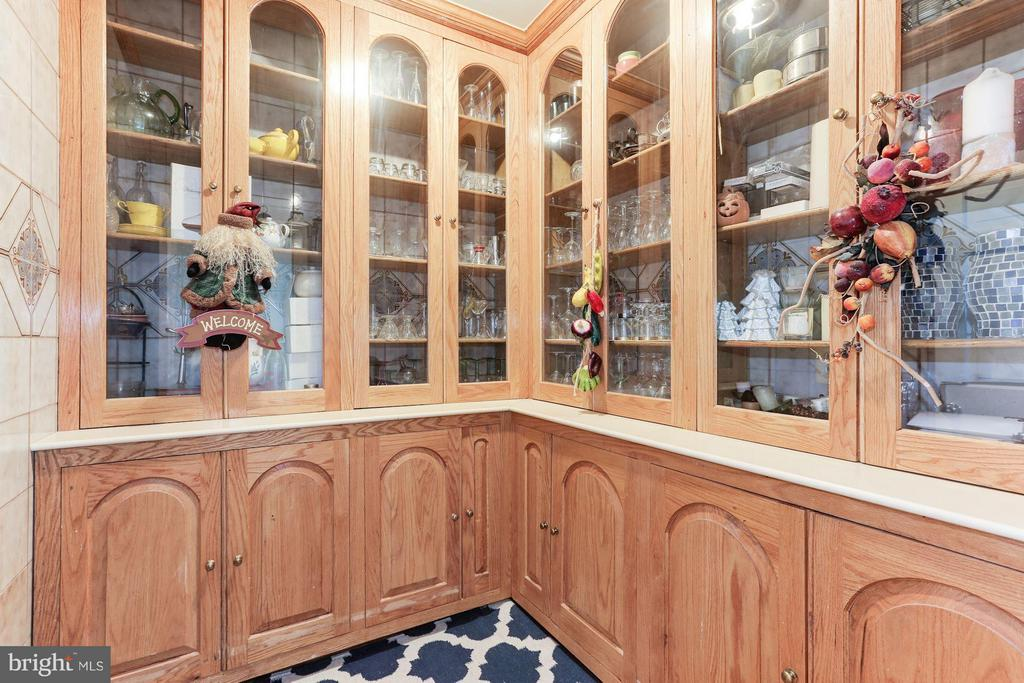 Butler's pantry - 1001 MURPHY DR, GREAT FALLS