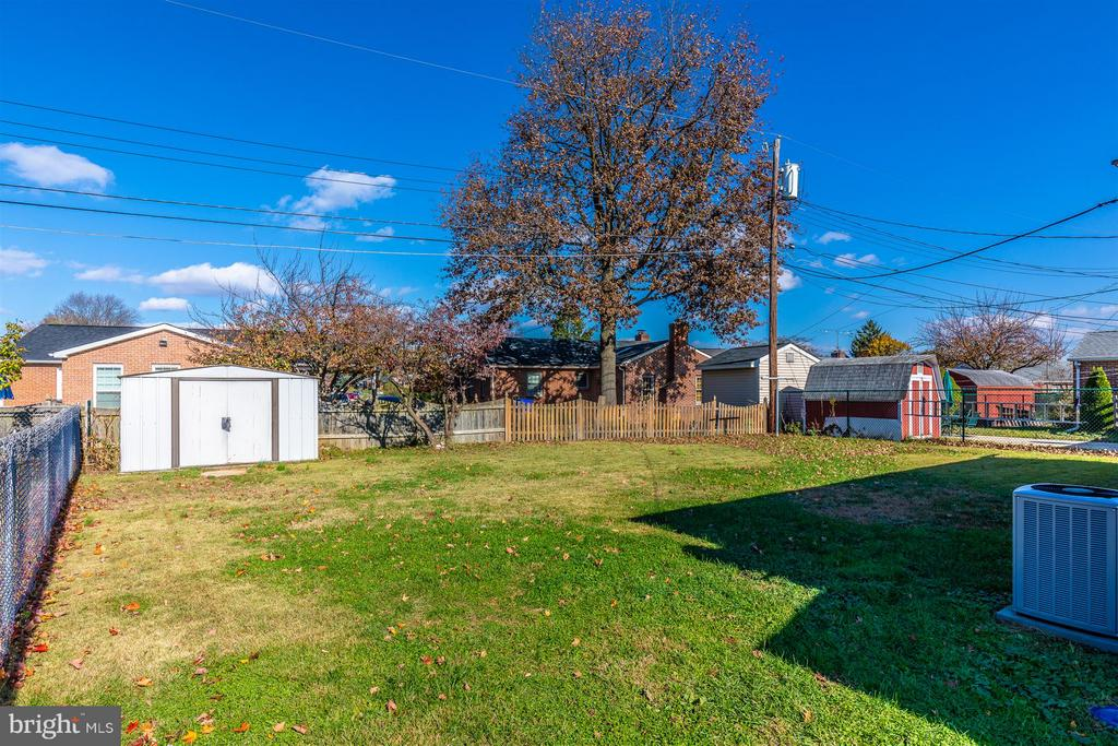 Level fenced backyard. - 809 SHAWNEE DR, FREDERICK