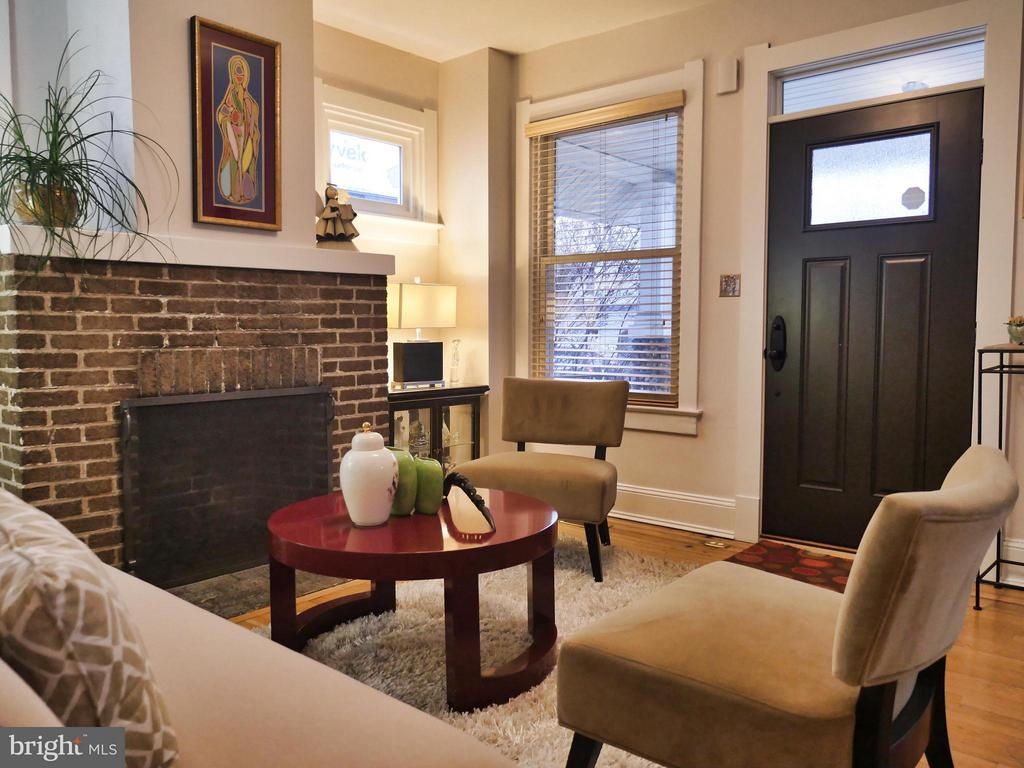 Cozy living room with fireplace - 1016 DOUGLAS ST NE, WASHINGTON