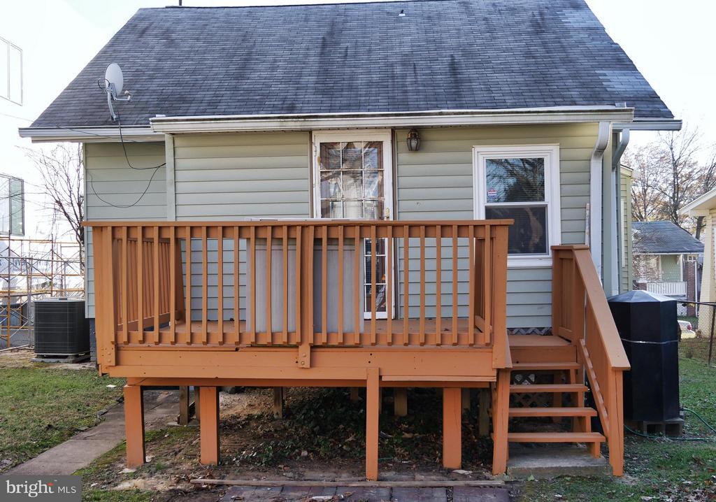 Deck for relaxing. - 1016 DOUGLAS ST NE, WASHINGTON